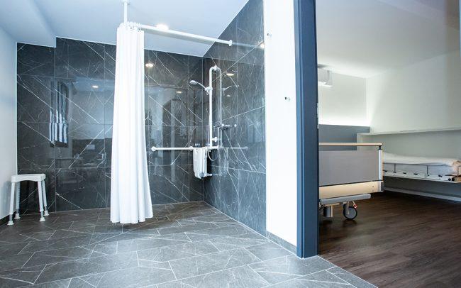 Blick in ein behindertengerechtes Badezimmer eines Patientenzimmers bei SomnoDiagnostics