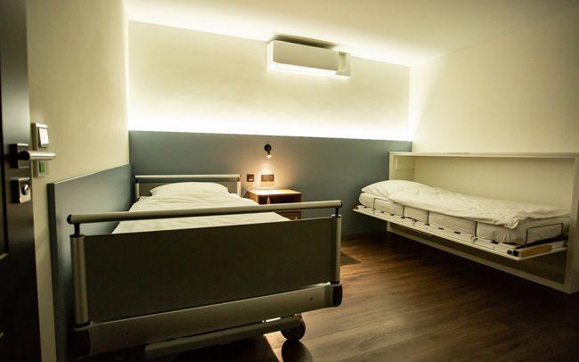 Blick in ein Patientenzimmer mit Zusatzbett für Begleitpersonen bei SomnoDiagnostics